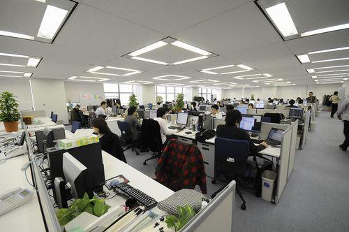 会社の座席が入り口のすぐ近く。オープンオフィスはストレス感じる。